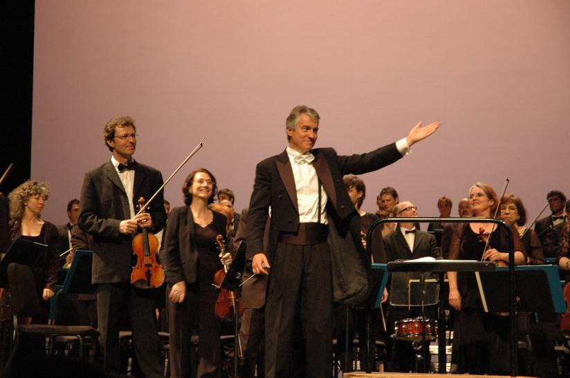 Philippe Hui dirige l'Orchestre Pasdeloup au Théâtre du Chatelet à Paris, le 27/04/2013