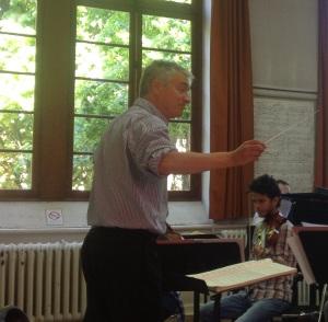 Le Chef d'orchestre Philippe Hui en répétition avec les grands élèves du CRD de Pantin