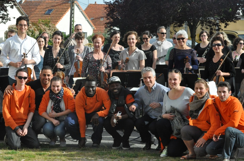 Les musiciens de la Philharmonie des Deux Mondes avec Philippe Hui et les jeunes d'Unis-Cité