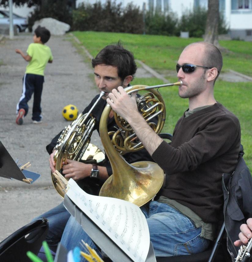 Pendant que certains jouent de la musique, d'autres jouent au foot !