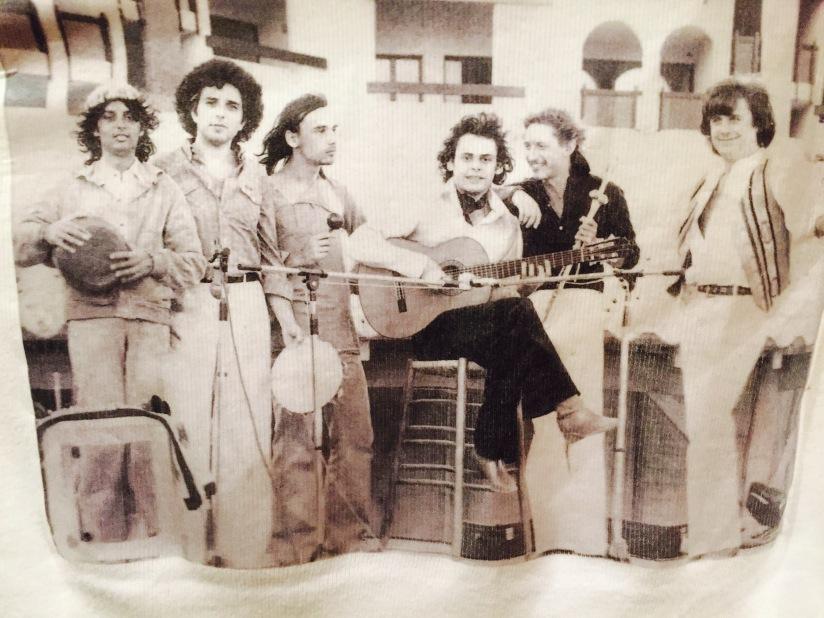 Roland Dyens et son groupe de musique Brésilienne dans les années 75. Avec, de Gche à Dte: Jean-Luc Ceddaha, Paul Mindy, J.Christophe Hoarau, Yanninck Le Goff et Michel Terrioux.